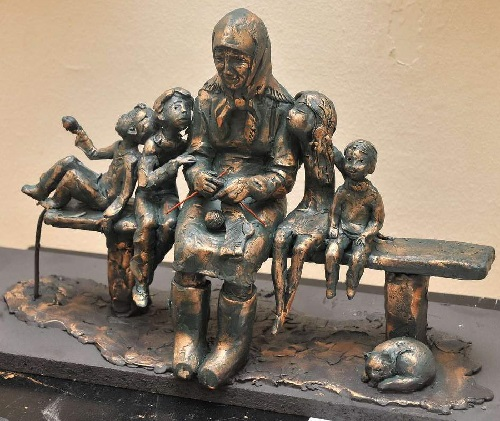 The project of the monument to grandmother by Moscow sculptor Alexander Doronin. Next to her - four grandchildren and a cat, Izhevsk, 2012