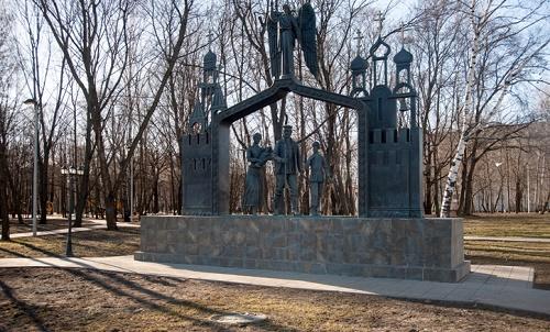 Pilgrims family sculptural composition