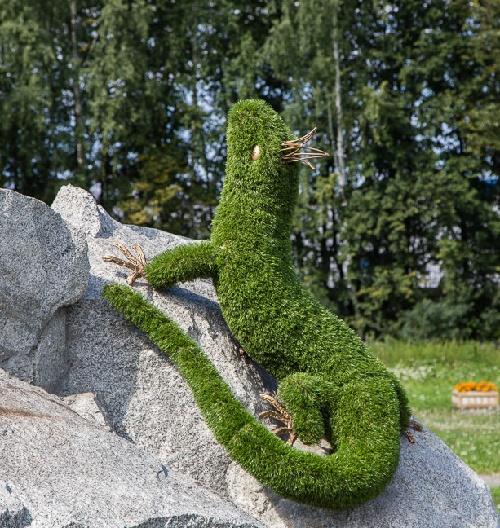 lizard, topiary sculpture