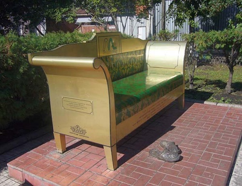 Oblomov sofa Monument