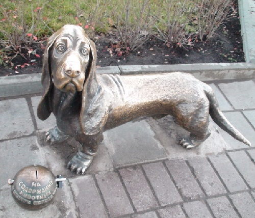 Kostroma, monument to a dog. Engraved - help stray dogs