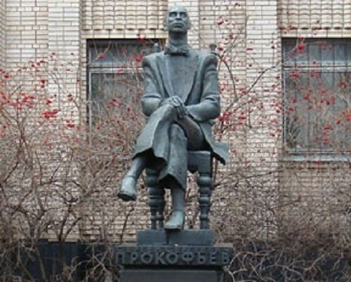 Monument to Sergei Prokofiev (sculptor – V. Dumanian, Architect – A. Stepanov), opened in 1991 in front of the Children's musical school № 1. Moscow