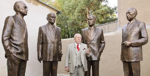 Sculptor Zurab Tsereteli with his favorite artists