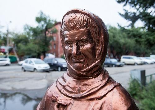 Monument to Zinaida Sinitsyna, Closeup