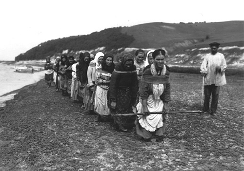 Photo -Rybinsk state historical-architectural art museum and national park. Burlak women photographed on the Volga, 1900s
