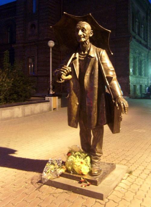 Sunny artist Andrey Pozdeyev monument in Krasnoyarsk. 2000. Author - sculptor Yuri Zlotya