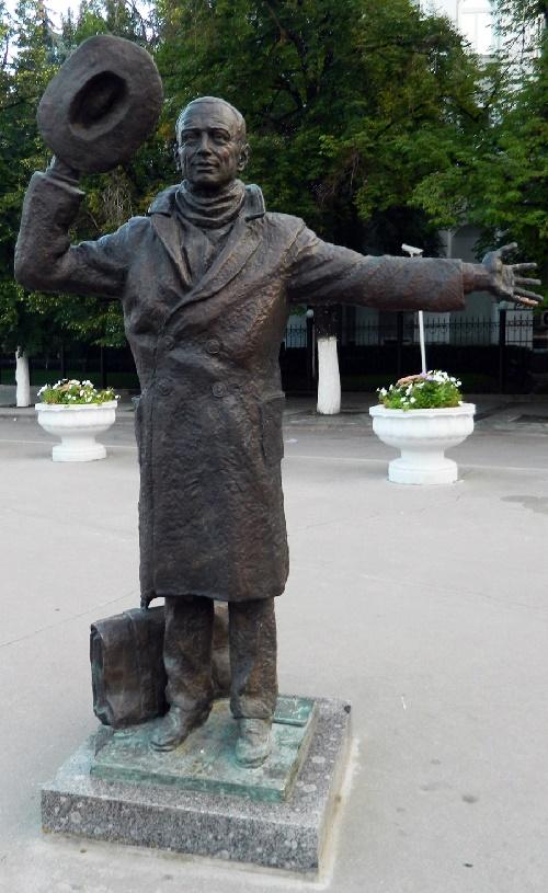 Yuri Detochkin monument installed in Samara, where the film director Eldar Ryazanov was born
