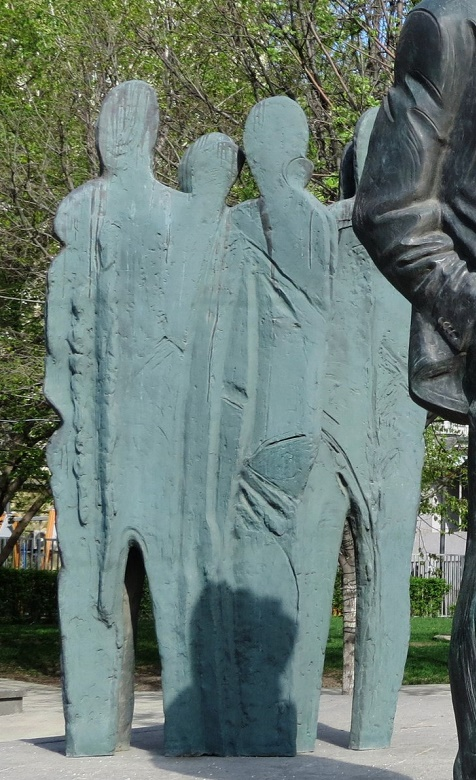 Sculptures next to the main figure of Brodsky