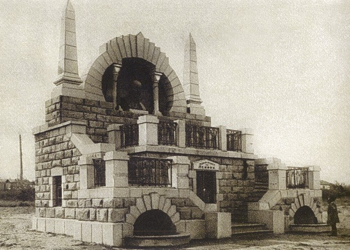 A child standing in front of the mausoleum, archival photo of 1930s