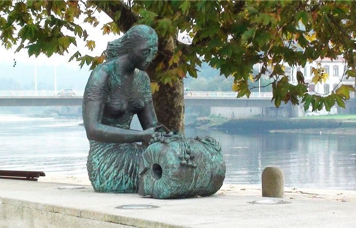 Established 7 November 1993 in Portugal, monument to lace maker
