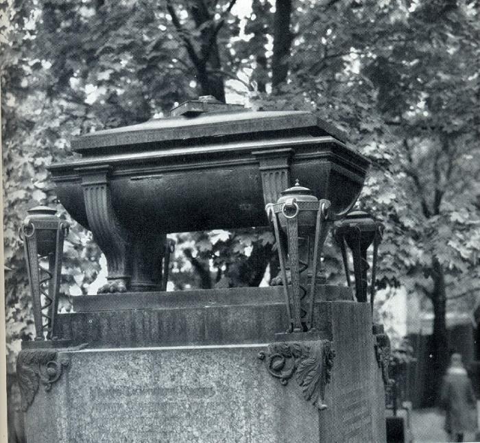 F. P. Tolstoy. Tombstone of the Kusovs. 1822. Granite, bronze, cast iron