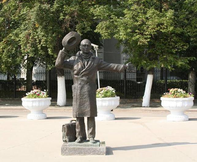 Innokenty Smoktunovsky as Yuri Detochkin (Beware of the car, 1966) monument in Samara