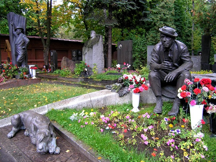 Together with his dog. Russian actor Yuri Nikulin. Novodevichy cemetery