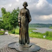 Opened in 2006 in Tarusa monument to M. Tsvetaeva (sculptor Yuri Soskiev, architect Boris Messerer). On the high bank of the Oka, next to the figure of the poetess - a living tree of red mountain ash
