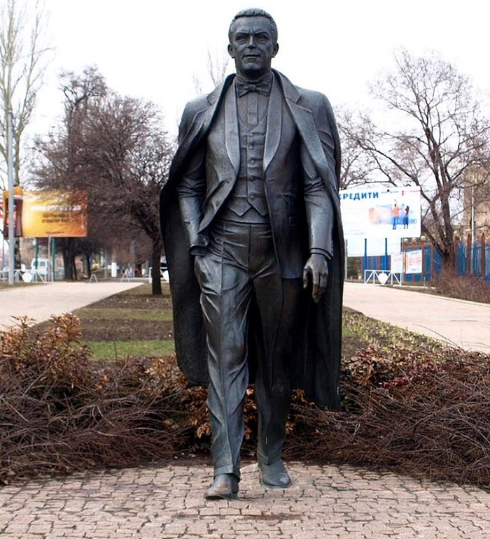 The monument to People's Artist of the USSR Iosif Kobzon in Donetsk set during his lifetime