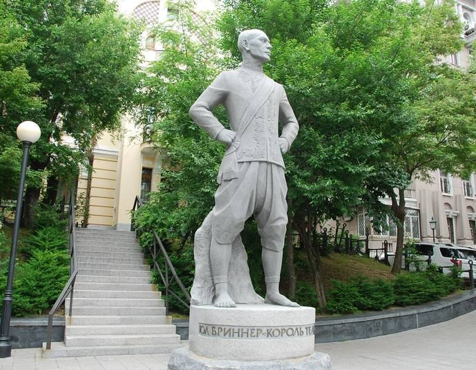 Vladivostok. Monument to actor Yulu Brinner in the role of King Siam ('The King and I', awarded the Oscar)