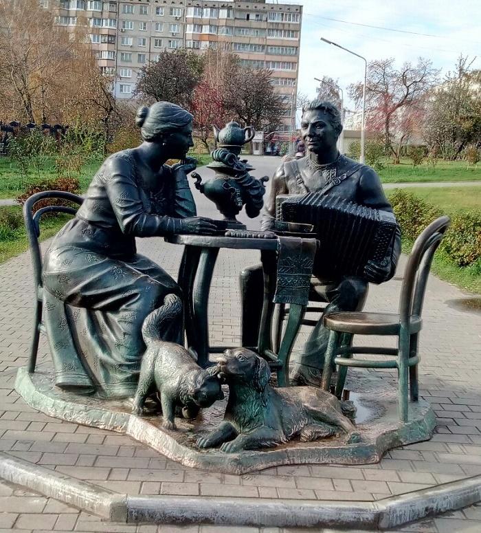 Tea drinking, monument in Tula