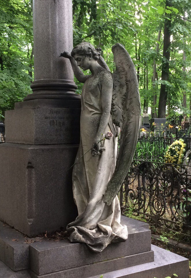 The statue of an angel with a rose in hand