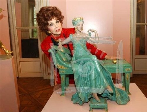 Beautiful princess. Italian actress Gina Lollobrigida with her sculpture, Moscow, 2003