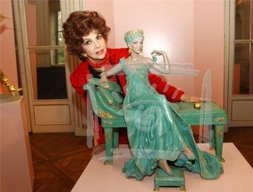 Beautiful princess. Italian actress Gina Lollobrigida with her sculpture, Moscow, 2003