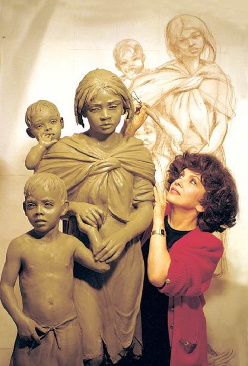 Italian sculptor Gina Lollobrigida