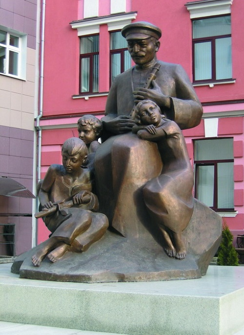 Monument to duduk 'Song of the Motherland'. 2006 Bronze. Authors FM Soghoyan, VF Soghoyan, MF Soghoyan. Moscow