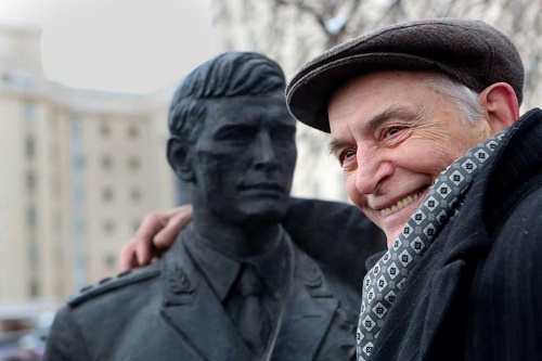 Soviet actor Vasily Lanovoi with his sculpture