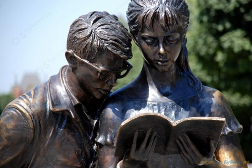 Reading students Shurik and Lidochka monument
