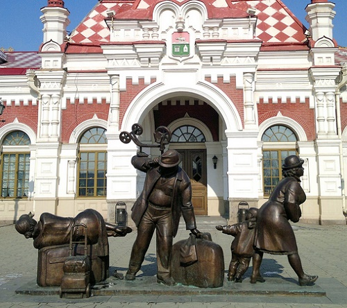 The monument to passengers appeared right in front of the railway station in Yekaterinburg