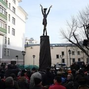 The square where the monument appeared bears the name of the ballerina