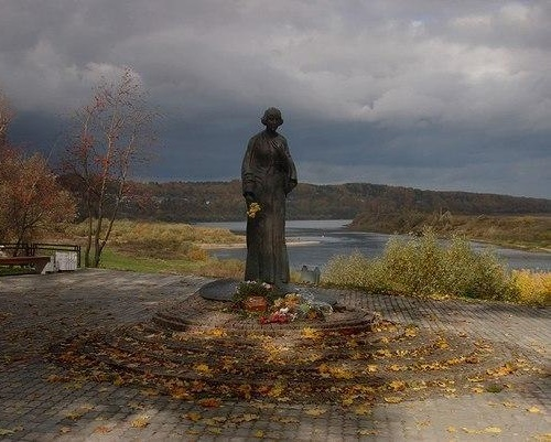 A remarkable monument of Tsvetaeva - mountain ash, yellow maple leaves, the river and she is alive and defenseless, as in life. (Author of the monument, Boris Messerer)