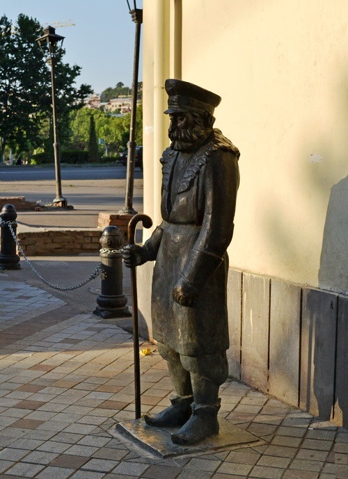 Janitor monument based on creativity of Georgian primitivist painter Niko Pirosmani