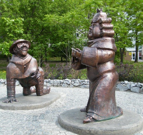 Spy and King, characters of 'The musicians of bremen'. Sculptural composition in Khabarovsk