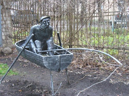 The sculpture installed in the yard on Fedorov creek in Novgorod