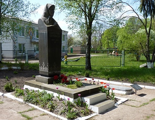 Katerina Bilokur was buried in Bogdanovka. Author of tomb monument - sculptor Ivan Gonchar