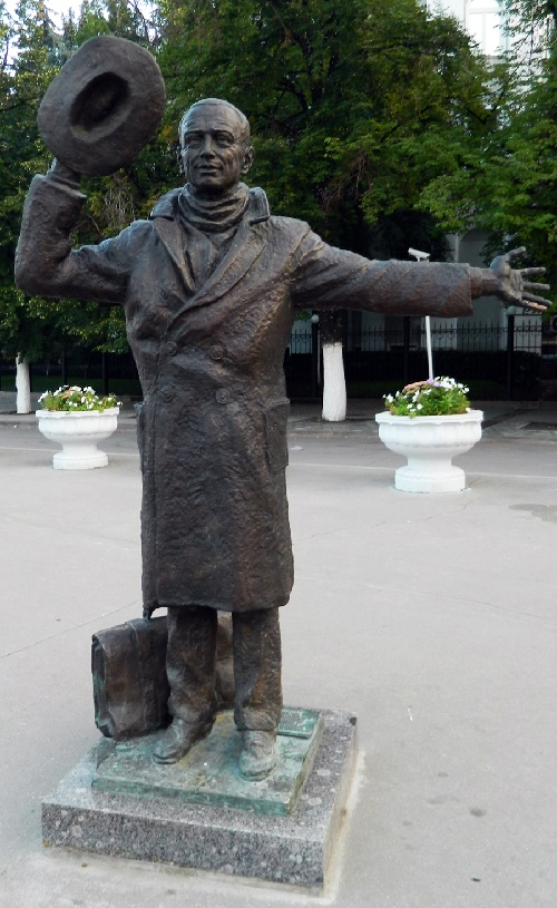 Yuri Detochkin monument installed in Samara, where the film director Eldar Ryazanov was born