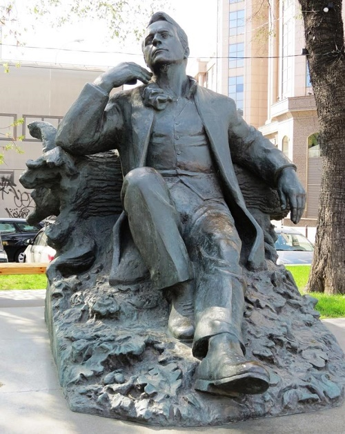 Monument to Feodor Chaliapin at his house-museum on Novinsky Boulevard in Moscow, established July 30, 2003. Sculptor Vadim Tserkovnikov