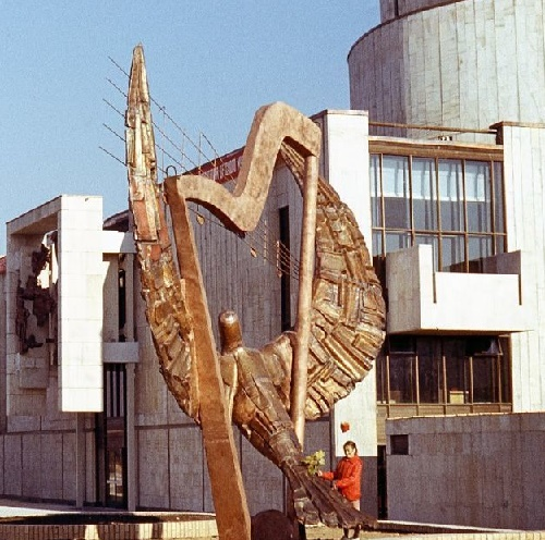 Monumental sculpture decorating the theater bearing the name of Natalia Sats