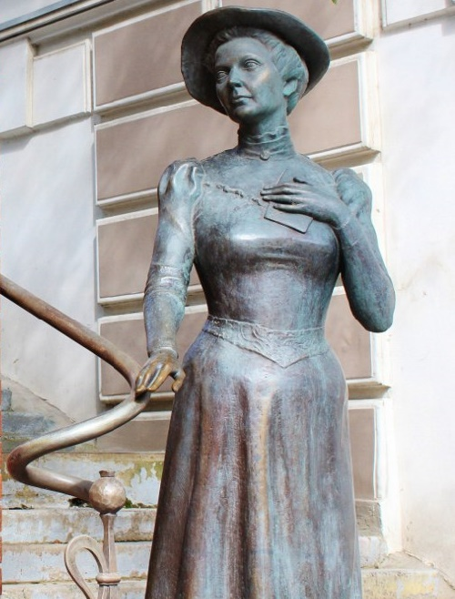 American woman Eleanor Lord Pray monument in Vladivostok