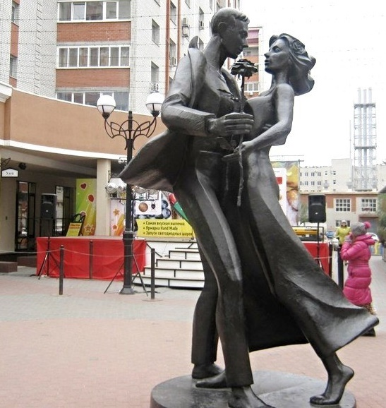 Dancing couple monument in Saratov