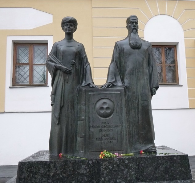 Nikolay and Elena Roerich monument, opened in 1999