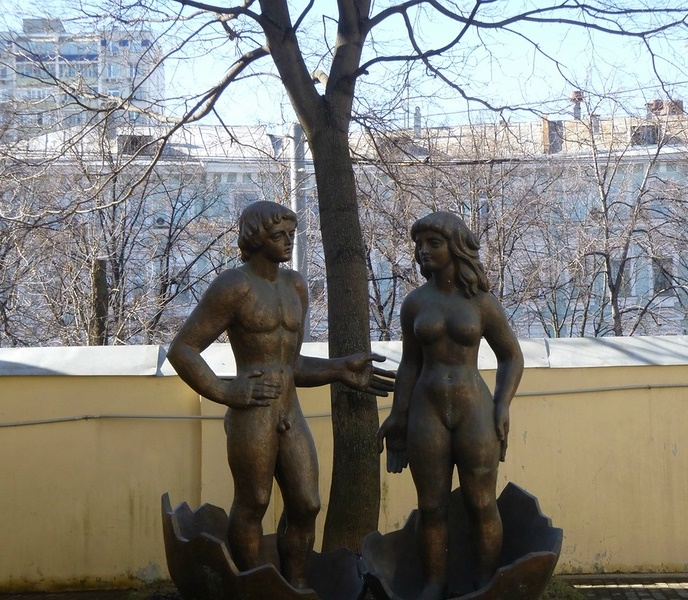 The work of sculptor Zurab Tsereteli - Adam and Eve, located in the courtyard of the Museum of Modern Art on Gogol Boulevard