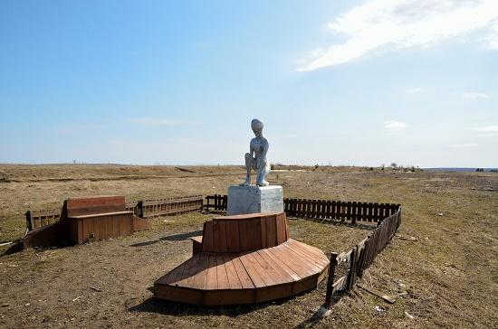 Monument to Alien Alyosha in the village of Molebka