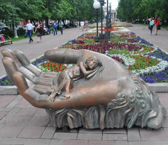 Sculptural composition symbolizing the trembling maternal care for children. Kemerovo, Russia