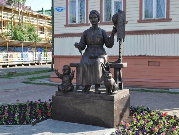 Arkhangelsk, a monument to a woman with a spinning wheel