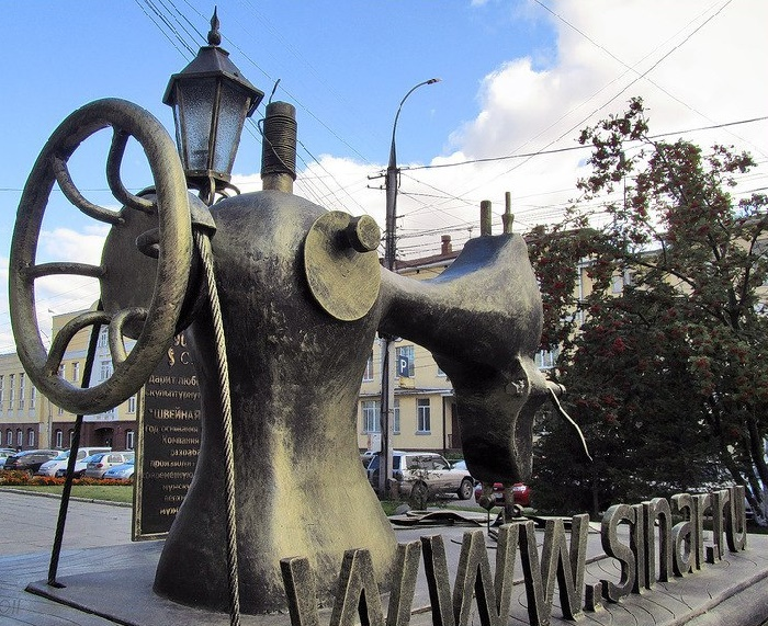 On September 8, 2011 in Novosibirsk appeared a monument to a sewing machine. Metal sculpture is a copy of the legendary Singer in an enlarged version