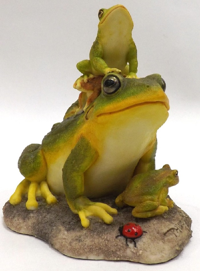 Porcelain sculpture of frogs