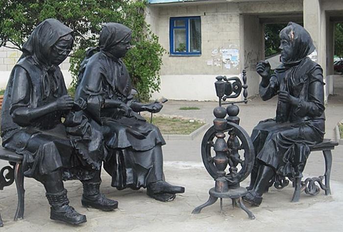The sculptural composition of three craftswomen