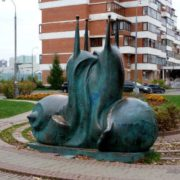 Two huge kissing snails. Sculptor Filipp Rukavishnikov. Moscow