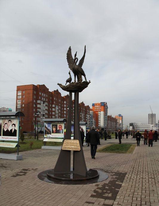 Work by Krasnoyarsk sculptor Anton Tyryshkin. Stork monument in Novokuznetsk
